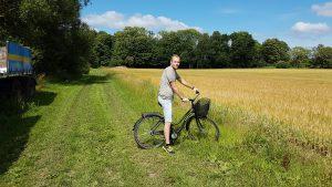 I brist på cykelvägar går det även bra med en skumpig vandringsstig.