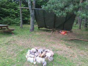 Ett övergivet vindskydd. Trist att folk inte tar med sina sopor när de lämnar.