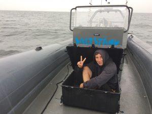 Kapten Patrik söker skydd från regnet